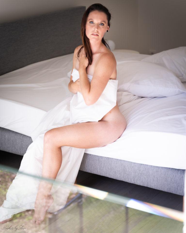 femme bue draps blancs